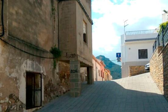 Balconada apoyada con dos pilares en la vía pública