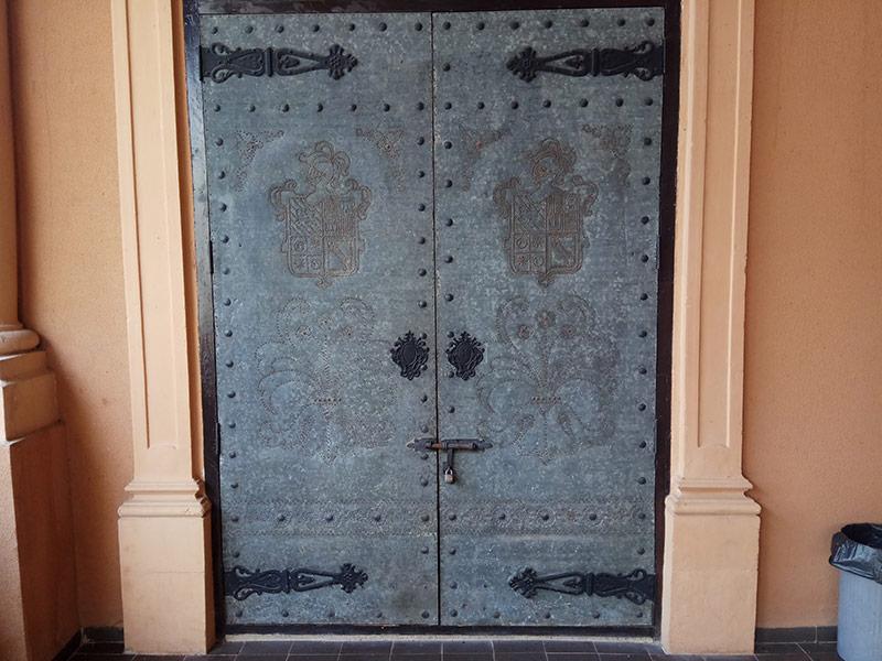 Puerta interior, que daba acceso a la capilla y en la que está grabado el escudo con reamaches.