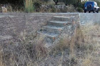 Escales adjuntes a un bancal en camí La Punta