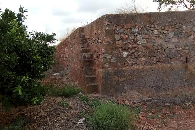 Escala apegá al mur del bancal, en l'Horteta