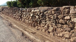 Mur i séquia la vora, partida Corral Blanch