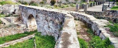 Acequia a su paso por el acueducto de l'Alcudia, cuya función era transportar agua de un molino a otro.