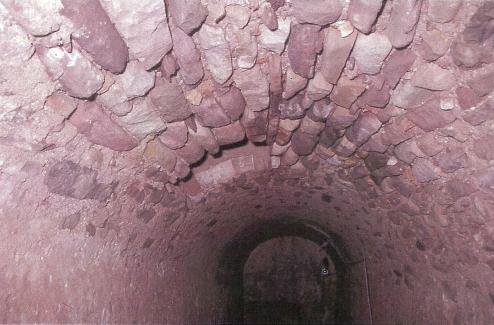 En la parte superior de la cisterna del Ángel se observa la boca que daria acceso al exterior para el llenado de recipientes.
